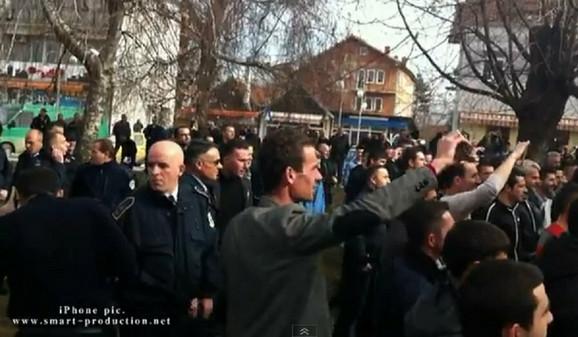 Pripadnik kosovske policije posmatra rušenje spomenika