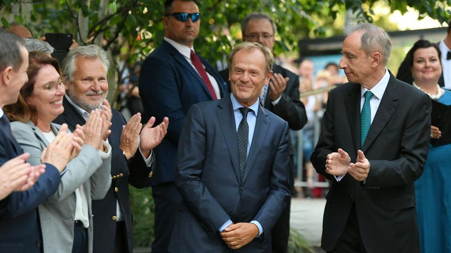 Donald Tusk podczas odsłonięcia pomnika Bartoszewskiego w Sopocie