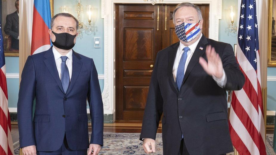 Spotkanie sekretarza stanu USA Mke Pompeo (z prawej) z ministrem spraw zagranicznych Azerbejdżanu Jeyhunem Bayramovem (z lewej)