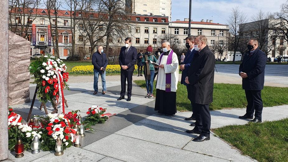 11. rocznica katastrofy smoleńskiej. Złożenie kwiatów pod łódzkim pomnikiem smoleńskim