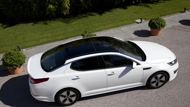 Kia ogłosiła właśnie, że wprowadza do sprzedaży w Polsce hybrydowe wcielenie modelu optima. Pod karoserią nowej limuzyny koreańskiej marki pracuje napęd hybrydowy złożony z 30 kW synchronicznego silnika elektrycznego IPM (moc 40 KM i moment obrotowy 205 Nm) oraz 2-litrowej jednostki benzynowej. Efekt? Kierowca dostaje do dyspozycji łącznie 190 KM.