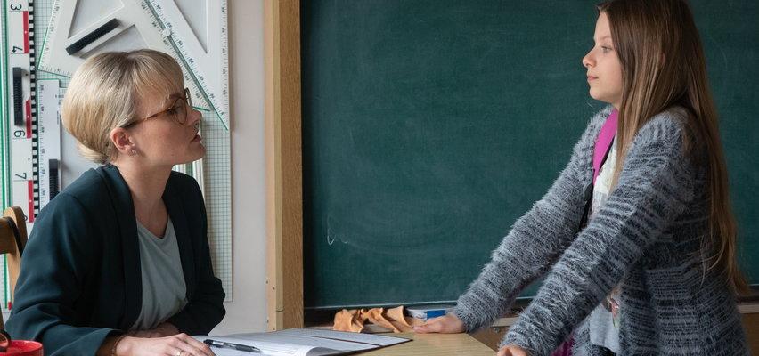 """""""Na Wspólnej"""" odcinek 3308. Julka przez nowy telefon ma problemy w szkole!"""