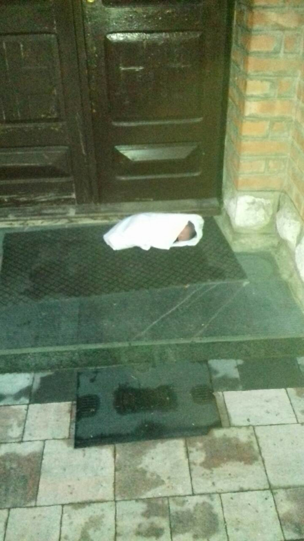 beba na vratima crkve