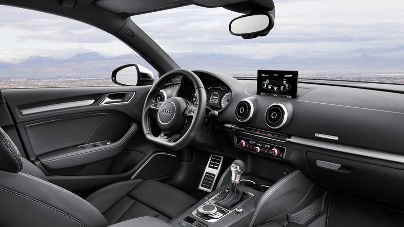 """Audi w natarciu! Tym razem niemiecki producent rusza na podbój największego na świecie segmentu rynkowego - klasy kompaktowych limuzyn. Orężem w walce o serca kierowców będzie najnowsze A3 limousine (dlaczego nie """"sedan"""" po prostu? Może """"limousine"""" brzmi bardziej elegancko, sedan to takie pospolite określenie - niemal jak renault thalia). Nowa limuzyna Audi na dzień dobry ma już rywala - Mercedes wcześniej pochwalił się modelem o nazwie CLA. BMW w tej rozgrywce się nie liczy… Czym kusi producent z Ingolstadt?"""