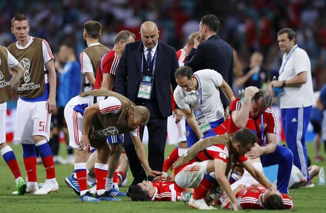 Čerčesov sa igračima pred izvođenje penala na meču sa Hrvatskom
