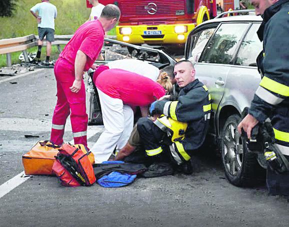 Vatrogasci su na licu mesta spasavali teško povređene iz oba automobila