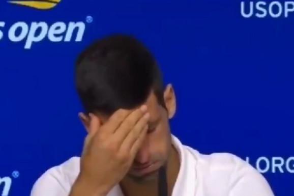 """(VIDEO) Ovo lomi srce, NIJE MOGAO DA IZDRŽI! Novak Đoković obuzdavao emocije, pa ustao i otišao - pogledajte kako je Nole """"progutao knedlu"""" i napustio pres konferenciju"""