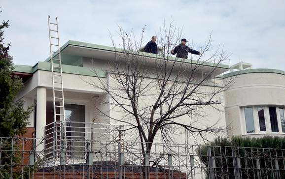 """Uviđaj nakon bombaškog napada na kuću porodice vlasnika """"Komtrejda"""""""