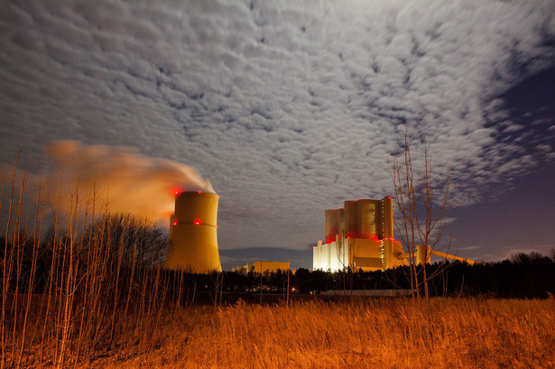 To przez unijną politykę klimatyczną największe w kraju firmy energetyczne, z PGE na czele, planują budowę w naszym kraju elektrowni jądrowych, jako że produkcja energii z uranu oznacza wielokrotnie mniejszą emisję CO2 niż w elektrowniach węglowych i gazowych