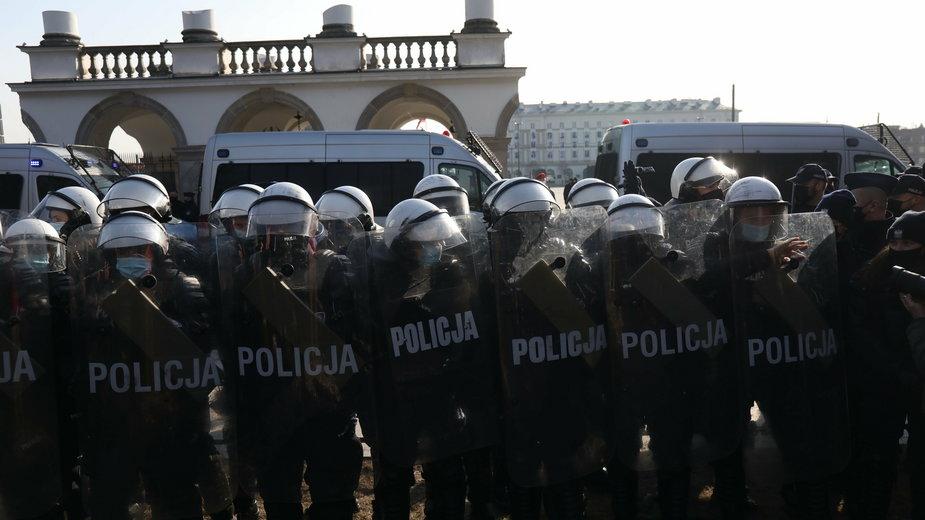 Policjanci ochraniają obchody rocznicy 10 IV