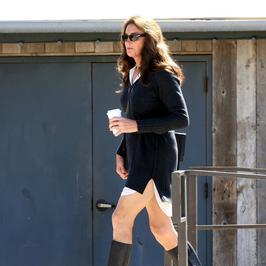 Caitlyn Jenner zachwyca coraz bardziej. Tym razem paraduje w... obcisłej mini!