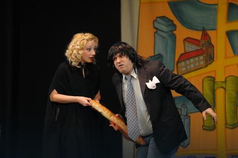 """Scena iz predstave """"Generalna proba samoubistva"""" kikindskog Narodnog pozorišta"""