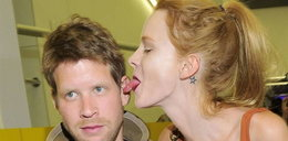 Włożyła polskiemu aktorowi język do ucha! To jego dziewczyna