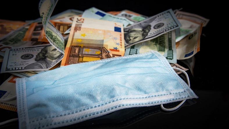 Koronawirus, pieniądze i maseczka