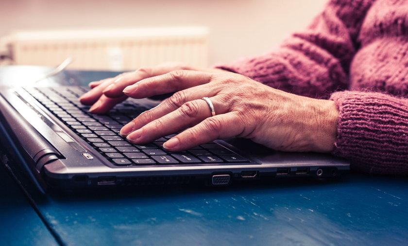 seniorka korzysta z komputera