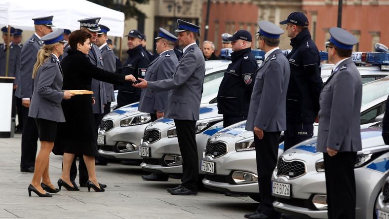 Prawie co trzeci radiowóz w tym roku kupili samorządowcy. W Warszawie władze miasta dofinansowały policjantom zakup kolejnych 32 samochodów. Uroczystego przekazania radiowozów z udziałem władz stolicy i kierownictwa policji dokonano na Placu Zamkowym.