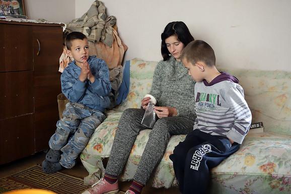 Uroš (7), Tamara (14) i Miloš (9) dele sobu, dok mama spava u kuhinji