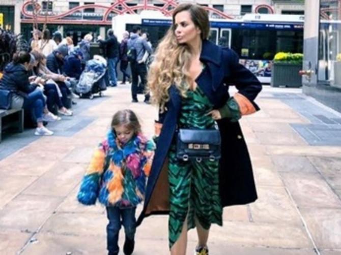 Nikolina šeta Njujorkom u RUŽNIM PATIKAMA za milenijalce: Toliko su šarene i nabudžene da BOLE OČI i nema ko ih nije primetio!
