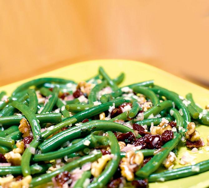 21815_mediteranska-boranija-stock-photo-delicious-plate-of-green-beans-with-nuts-shutterstock_72271618