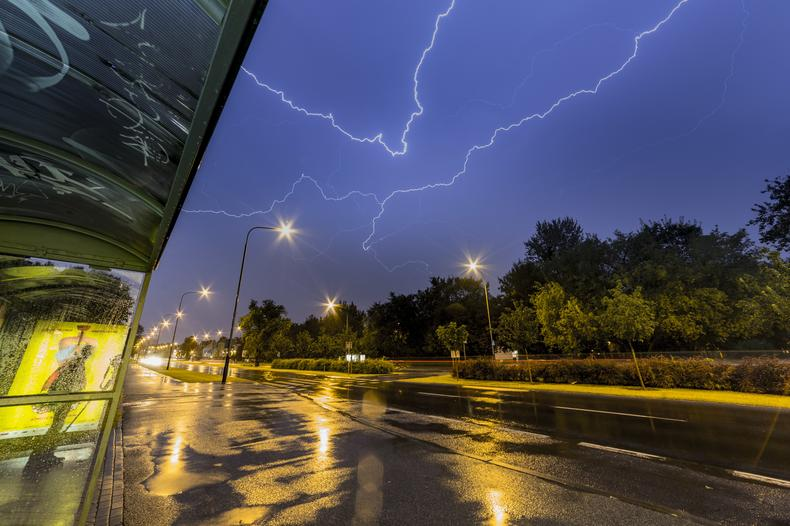 Przechodząca nad Poznaniem burza widziana z wiaty przystankowej przy ul. Piłsudkiego