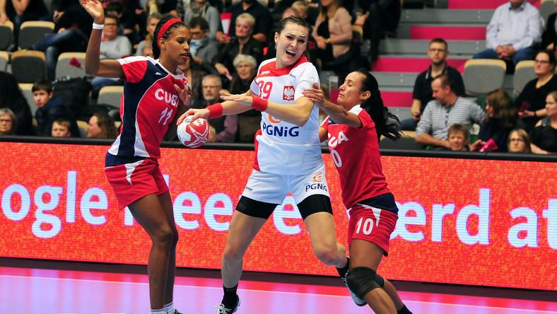 Polka Kinga Achruk (C) blokowana przez Kubanki Yunisleidy Camejo (L) i Gleinys Reyes (P) podczas meczu grupy B mistrzostw świata piłkarek ręcznych w duńskim Naestved