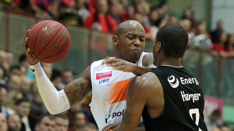 Demonte Harper (P) z Energa Czarni Słupsk oraz Michael Hicks (L) z miejscowej Polpharmy w meczu ekstraklasy koszykarzy, rozegranym w Starogardzie Gdańskim