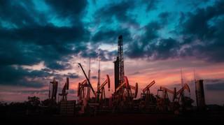 Większe napięcie to droższa ropa