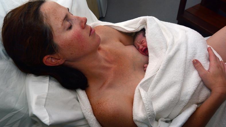 Kobieta odpoczywa po porodzie z noworodkiem