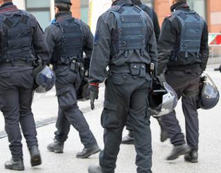 Funkcjonariusze KAS i policjanci zlikwidowali magazyny podróbek, m.in. perfum i odzieży