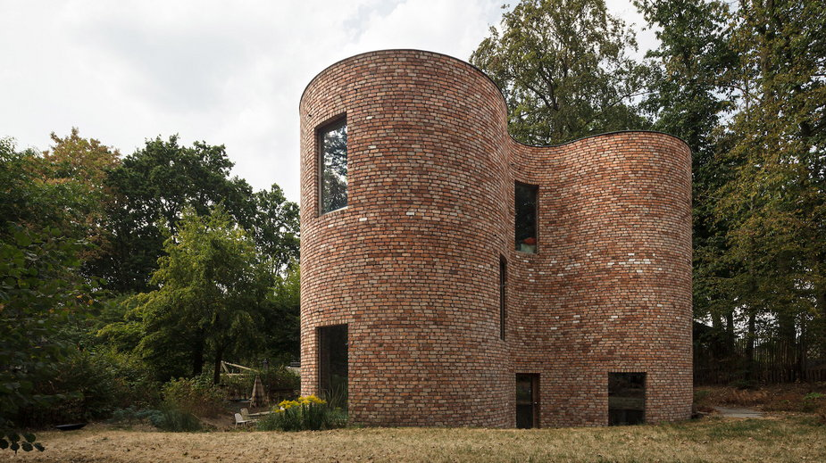 Dom z odzyskanej cegły. Projektowano go tak, by ominąć drzewa!