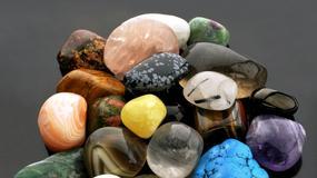 Ściskając w ręku kamień