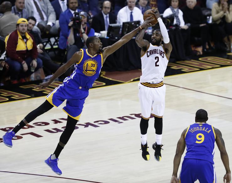 Vodili su bitke u NBA plejofu, a sada će se zajedno boriti za NBA tron - Kajri Irving i Kevin Durant