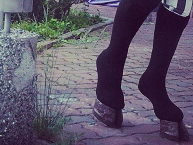 Ovo je najgori trend u istoriji: Devojke sada nose KOPITA na nogama!