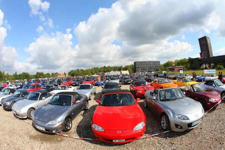 Liczba wyprodukowanych przez Mazda Motor Corporation egzemplarzy samochodu sportowego MX-5 osiągnęła dziś (4 lutego 2011 r.) próg 900 000. Taki wynik uzyskano w ciągu 21 lat i 10 miesięcy od rozpoczęcia masowej produkcji pierwszej generacji tego modelu w kwietniu 1989 r.
