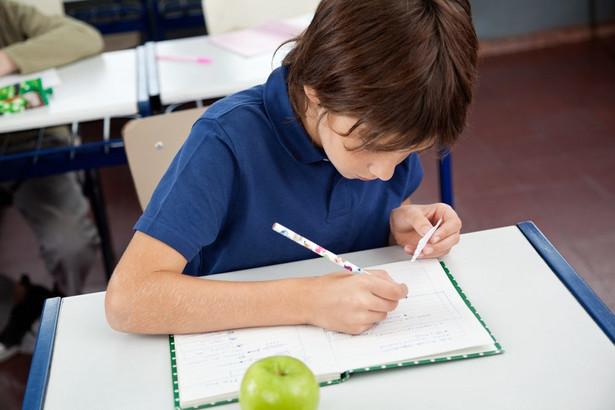 Sprawdzian przeprowadzany w VI klasie szkoły podstawowej: Sprawdzian będzie się składał z dwóch części, przeprowadzanych jednego dnia. W części pierwszej sprawdzane będą wiadomości i umiejętności z języka polskiego oraz z matematyki, w tym wykorzystanie wiadomości i umiejętności z tych przedmiotów w zadaniach osadzonych w kontekście historycznym lub przyrodniczym (w zadaniach zamkniętych i otwartych). Na rozwiązanie zestawu zadań uczeń będzie miał 80 minut. Druga część sprawdzianu obejmuje wiadomości i umiejętności z języka obcego nowożytnego, którego uczeń uczy się w szkole, jako przedmiotu obowiązkowego, do wyboru z następujących: angielski, francuski, hiszpański, niemiecki, rosyjski, włoski. Będą to tylko zadania zamknięte, czas trwania - 45 minut. Wyniki sprawdzianu będą wyrażane w procentach, odrębnie z części pierwszej, z wyszczególnieniem wyniku dla zadań z języka polskiego i z matematyki, oraz z części drugiej - języka obcego nowożytnego. Zmienia się zatem łączny czas trwania egzaminu - z 60 do 125 minut - z przerwą między częściami oraz jego struktura. Zostaje przeniesiony akcent z ponadprzedmiotowego charakteru egzaminu na sprawdzanie wiadomości i umiejętności z przedmiotów kluczowych dla dalszej nauki, tj. na język polski i matematykę, odpowiednio z wykorzystaniem kontekstów historycznych oraz przyrodniczych.
