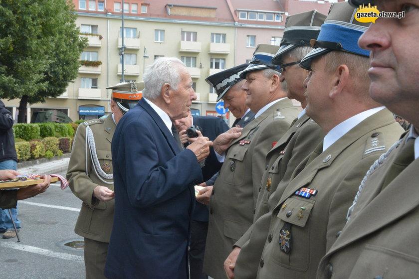 Generał Edward Łańcucki przyznaje odznaczenia