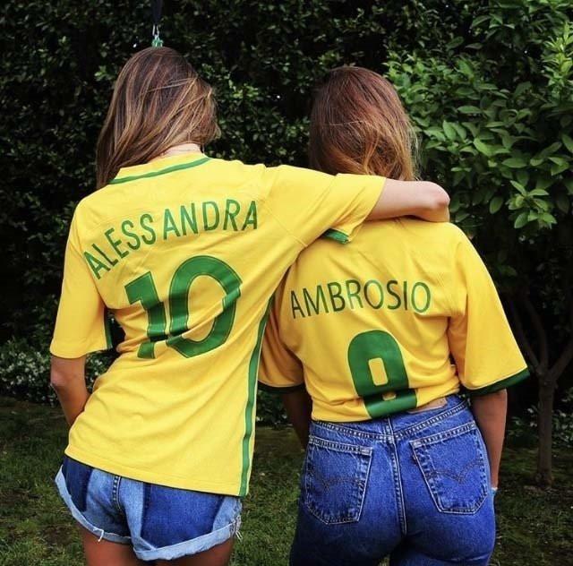 Alesandra Ambrosio sa prijateljicom u dresovima Brazila i sa napisom Ambrosio