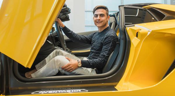 Paulo Dybala i jego nowy Aventador S