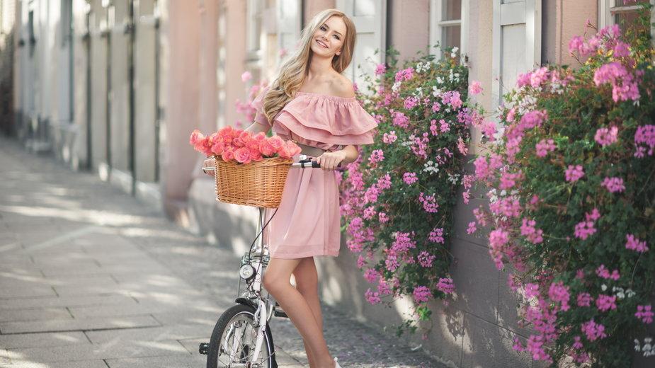 Jak nosić ubrania w odcieniu pudrowego różu?