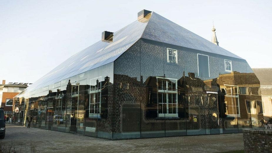 Szklany biurowiec, który wygląda jak wiejska chata, oto Glass Farm