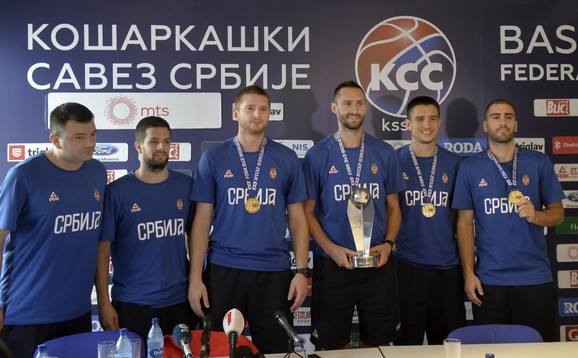 Dušan Domović Bulut (desno) i, uz njega, redom Dejan Majstorović, Marko Savić i Stefan Stojačić posle osvajanja titule prvaka sveta