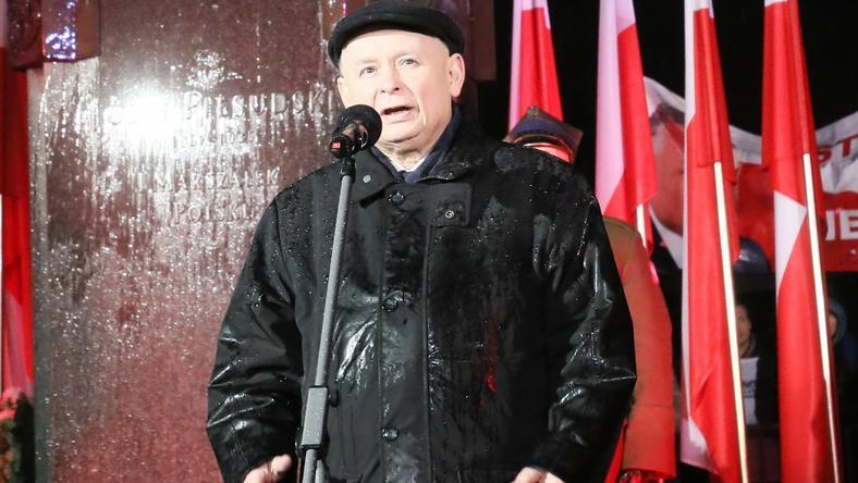 Jarosław Kaczyński przed pomnikiem marszałka Józefa Piłsudskiego