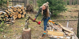Marcelina Zawadzka rąbie drewno, aż wióry lecą. ZDJĘCIA