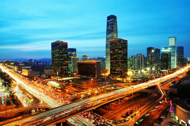 Pekin, jako stolica najludniejszego państwa na świecie, jest też jednym z największych miast na Ziemi. W 2013 roku liczba jego mieszkańców przekroczyła 21 mln. Dla porównania, w Moskwie mieszka 12 mln ludzi, w Londynie i Nowym Jorku niecałe 8,5 mln, a w Warszawie – mniej niż 2 mln. Powierzchnia obszaru miejskiego przekracza 16 tys. km kw., zajmuje on więc więcej miejsca niż województwo małopolskie. PKB Pekinu wyniosło w 2013 r. 318,1 mld USD. W mieście siedziby mają 52 firmy z listy Fortune Global 500 – to najwięcej na świecie. Działa tam też ponad 100 spośród największych chińskich firm.