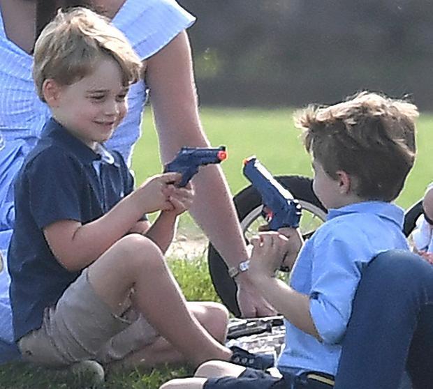 Šarlota i Džordž se igraju kao i sva ostala deca