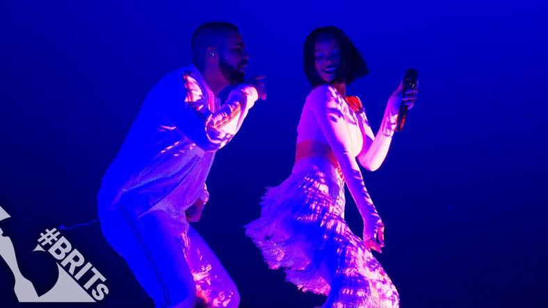 """Rihanna nie sprawiła fanom zawodu i pojawiła się na Brit Awards 2016. Słynnej Barbadosce na scenie towarzyszyła Solana Rowe, znana jako SZA. Obie panie zaśpiewały otwierający nowy album Rihanny kawałek """"Consideration"""". O wiele bardziej niegrzecznie zrobiło się później, gdy u boku Riri pojawił się Drake i wykonał swój charakterystyczny, seksowny taniec… Warto dodać, że było to pierwsze wykonanie na żywo najnowszego singla Rihanny. Zobaczcie, jak ona i raper wypadli w tym gorącym duecie i jak prezentowała sięna czerwonym dywanie."""