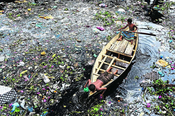 Više od 60.000 kubnih metara toksičnog otpada svakodnevno se pušta u glavna vodna tela Dake; tekstilna idustrija godišnje izbaci čak 56 miliona tona otpada i mulja