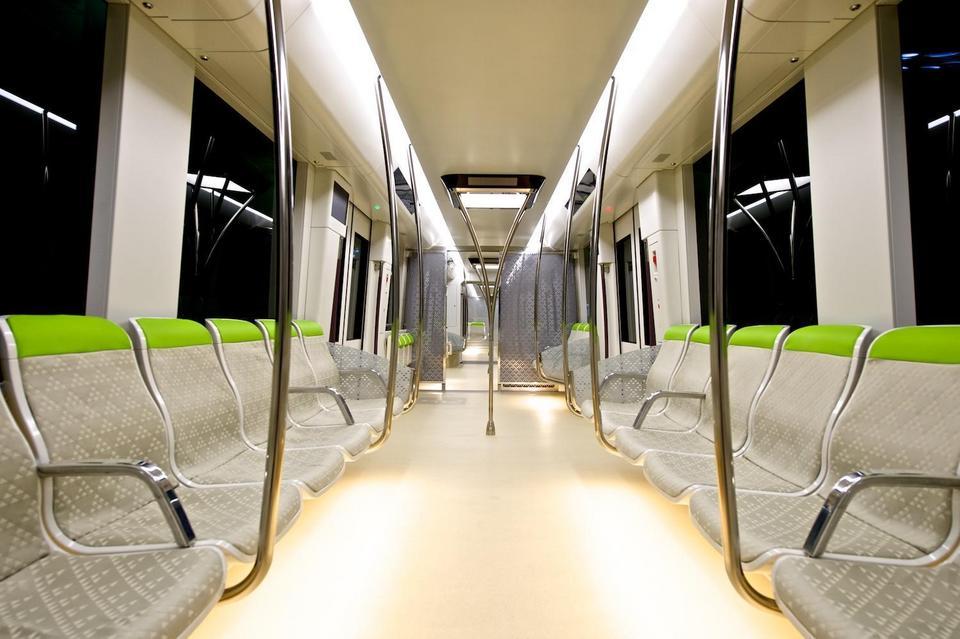 Wnętrza mają być eleganckie i ergonomiczne. W wagonach zamontowano oświetlenie LED.