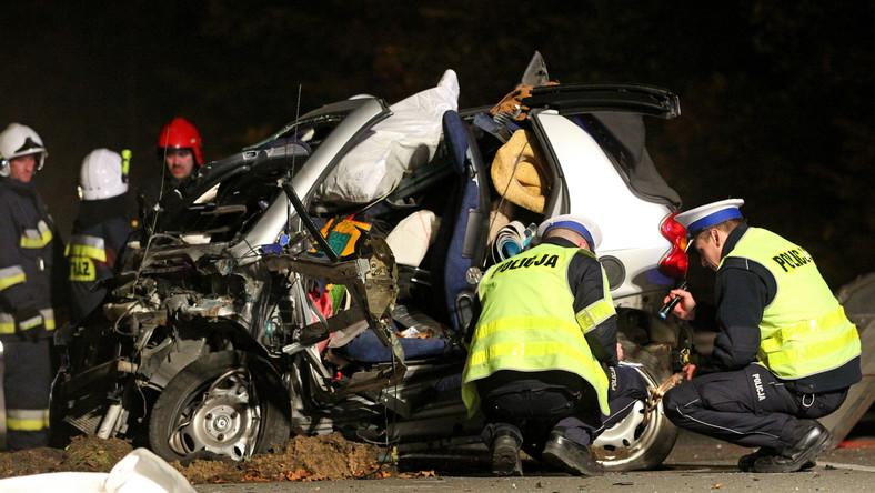 Tragiczny wypadek zdarzył się w Rekowie Dolnym na tak zwanej Rekowskiej Górce. To kręty i bardzo niebezpieczny odcinek trasy. Jak powiedział sierżant sztabowy Michał Sienkiewicz z komendy wojewódzkiej policji w Gdańsku, policjanci podjęli pościg za kierowcą Volvo. Jechał bardzo szybko, łamał wiele przepisów ruchu drogowego. 41-latek na łuku drogi stracił panowanie nad samochodem, ściął zakręt i uderzył czołowo w smarta. Kierowca ten jest jedną z trzech ofiar śmiertelnych wypadku.