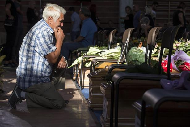 Włochy. Pogrzeb ofiar trzęsienia ziemi